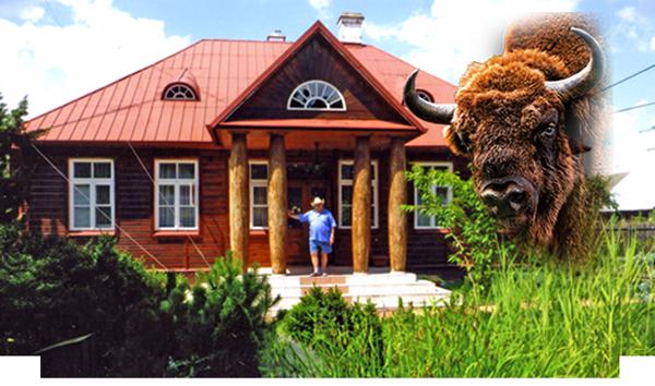 Piotr Minuk przed swoim domem